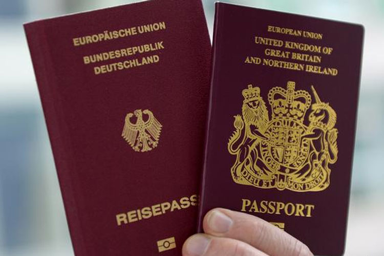 Британцы начали получать паспорта без слов