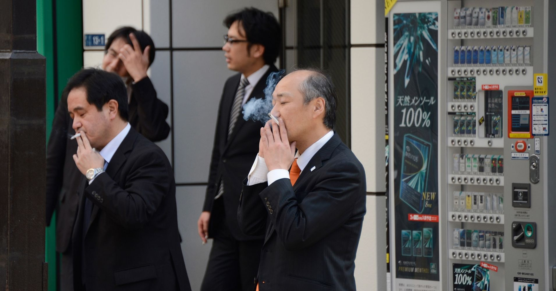 Japan to fine $ 2,700 for smoking at public venues